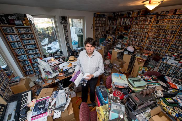"""Eric van Domburg Scipio in zijn huis in Geldermalsen, waar tegen nagenoeg elke wand een kast staat, waarin cd's of lp's prijken. ,,Ik heb ze 10 jaar geleden geteld: 30.000 stuks. Het zou nu goed zo maar het dubbele aantal kunnen zijn."""""""