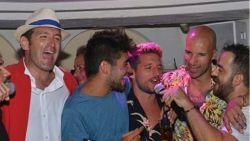 Dries Mertens in vakantiemodus: zingende Rode Duivel geeft het beste van zichzelf in karaokebar