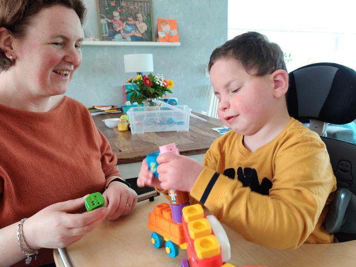 Paula Jansen en haar meervoudig gehandicapte zoon Daan. De zorg is nu 24/7 thuis want het orthopedagogische dagcentrum is vanwege corona dicht.