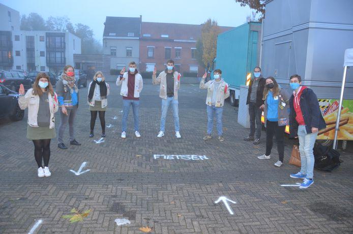 De leden van de jeugdraad staken de handen uit de mouwen om de ontbijtpakketten te verdelen.