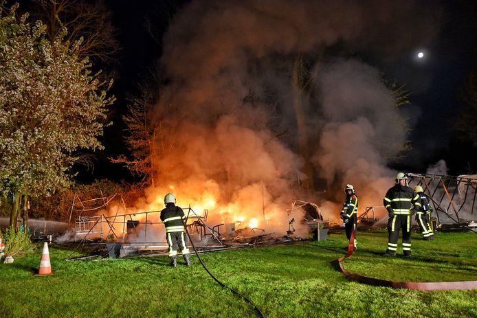 Vlammenzee verwoest caravans in Oisterwijk.