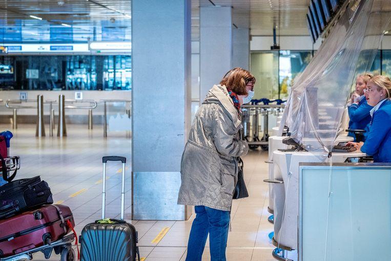 Op een bijna uitgestorven Schiphol arriveren en vertrekken momenteel maar een beperkt aantal vluchten. Beeld Patrick Post