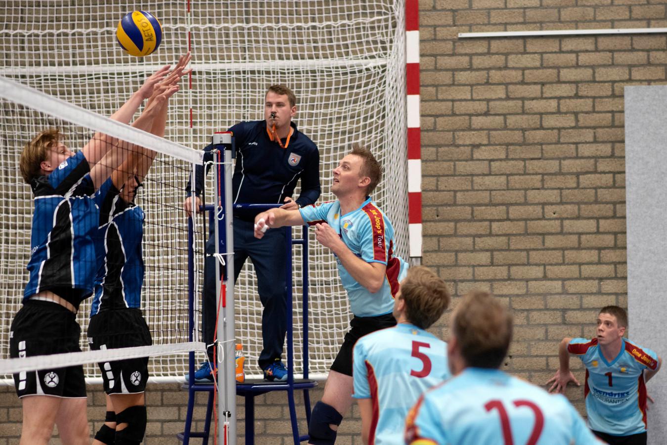 Marco Olthof van Aetos kijkt de bal na.