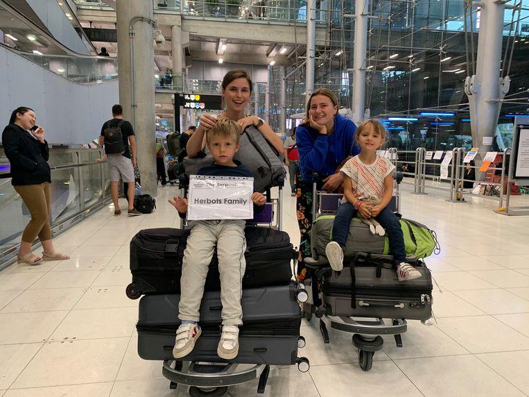 Lien met haar zoon Victor, plusdochter Stine en dochter Jeanne op de luchthaven van Bangkok.