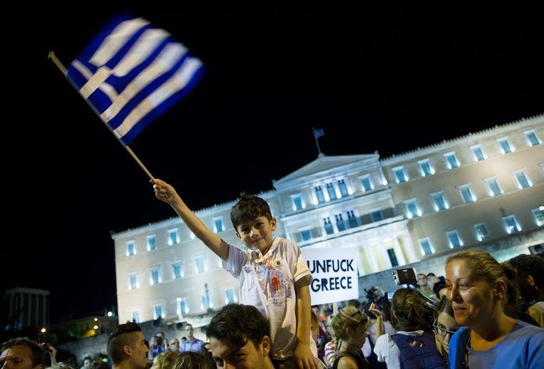 De Griekse bevolking viert feest in Athene na de uitslag van het referendum. Beeld epa