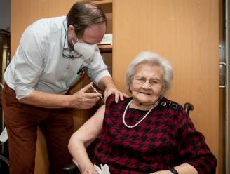 """Oudste bewoonster van rusthuis Herfstdroom krijgt eerste prik tegen coronavirus: """"Blij dat dit gebeurt"""""""
