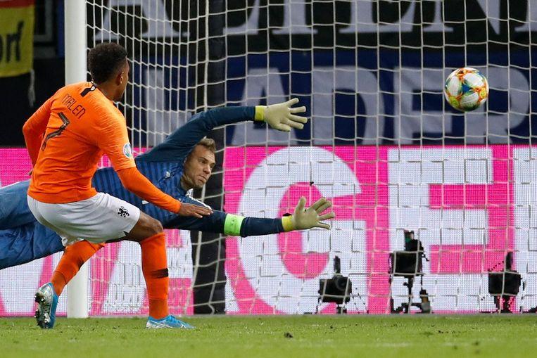 Droomdebuut: Donyell Malen scoort de 3-2 in zijn eerste interland. Beeld AFP