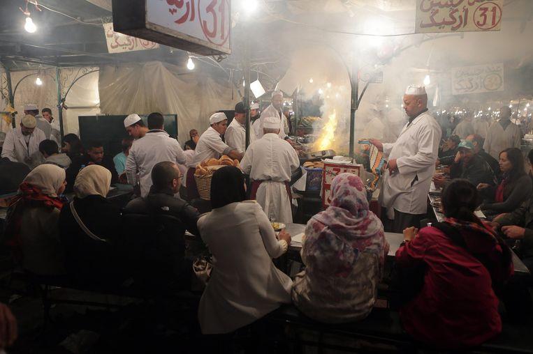 Marokkaanse koks bereiden op de markt van Marrakech maaltijden om te verkopen. Marokko heeft fel uitgehaald naar Nederland om het plan over sociale zekerheid op te zeggen Beeld epa