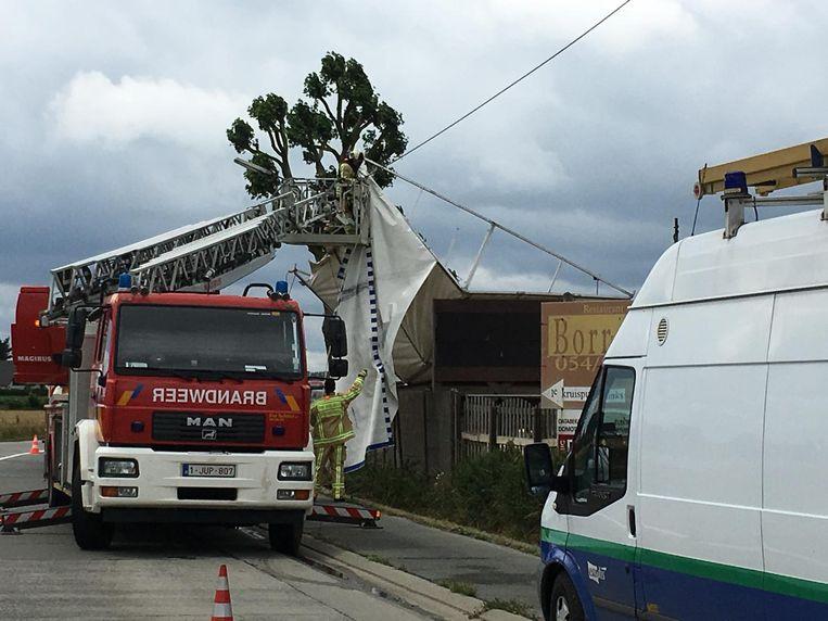De brandweer verwijderde de tent.
