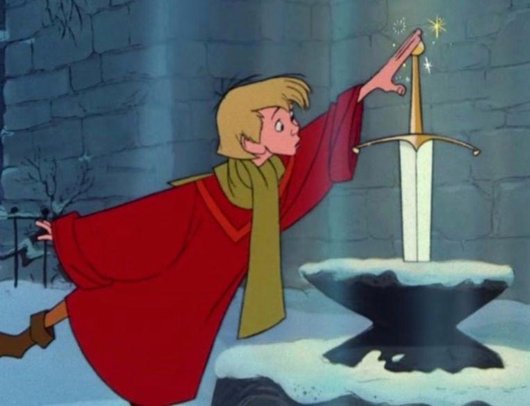 Arthur trekt het zwaard uit de steen.