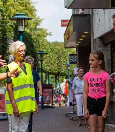 Freek (70) en Riet (70) helpen winkelend publiek in Epe op de goede weg tijdens coronacrisis