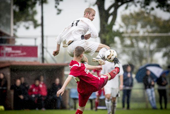Daarle (wit shirt) speelt tegen buurman Daarlerveen.