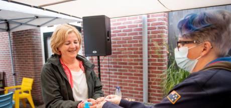 Eerst een coronatest, dan pas naar binnen bij het concert van de Amazing Stroopwafels in Oldenzaal