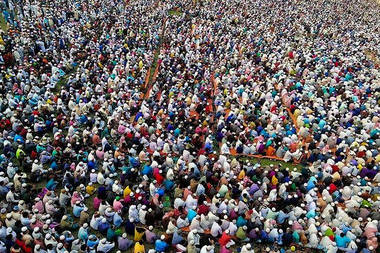 Duizenden moslims gingen afgelopen woensdag bij de Bengalese provinciestad Raipur in gebed tegen de verspreiding van het coronavirus. Beeld AFP