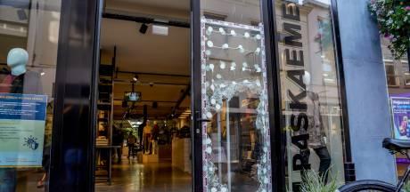 Nieuwsoverzicht   Waalwijks café dicht na overlijden gast - Eigenaren kledingwinkel zien live hoe zaak wordt leeggeroofd