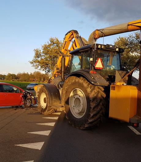 Veel schade na aanrijding met tractor in Nieuwleusen