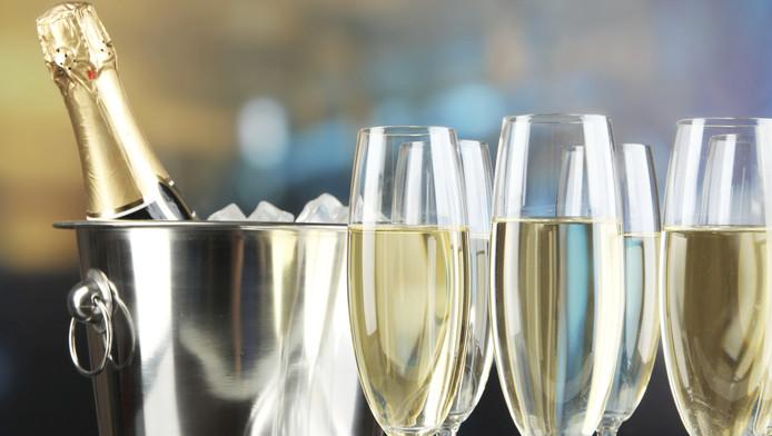 Westlandse jongeren kunnen eind deze maand de champagne ontkurken in drie sporthallen in de tuinbouwgemeente.