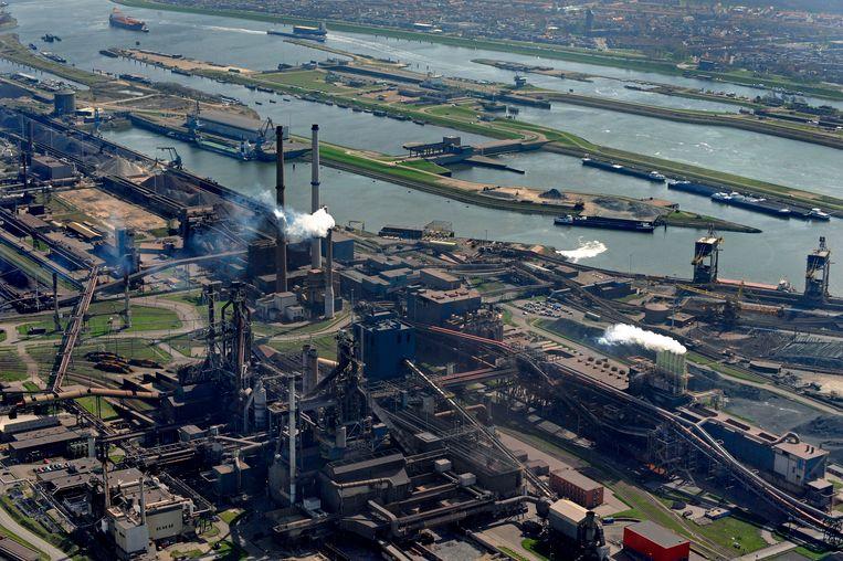 De voormalige hoogovens vanuit de lucht met daarachter de zeesluizen van IJmuiden. Beeld null