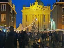 Marshmallows roosteren op winters Kerstfestijn in Oudenbosch