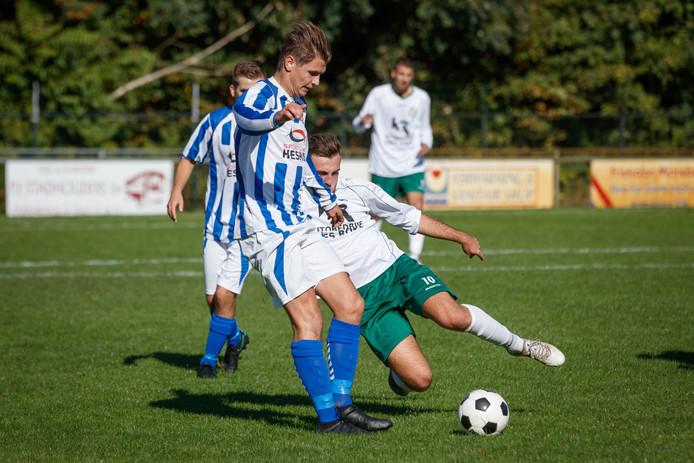 Roosendaal - 09/10/2016 - Foto: Marcel Otterspeer / Pix4Profs - BSC speelde thuis tegen Steenbergen. BSC-speler Jao Pijpers (rechts) probeert de bal terug te winnen van tegenstander Remco van der Riet.