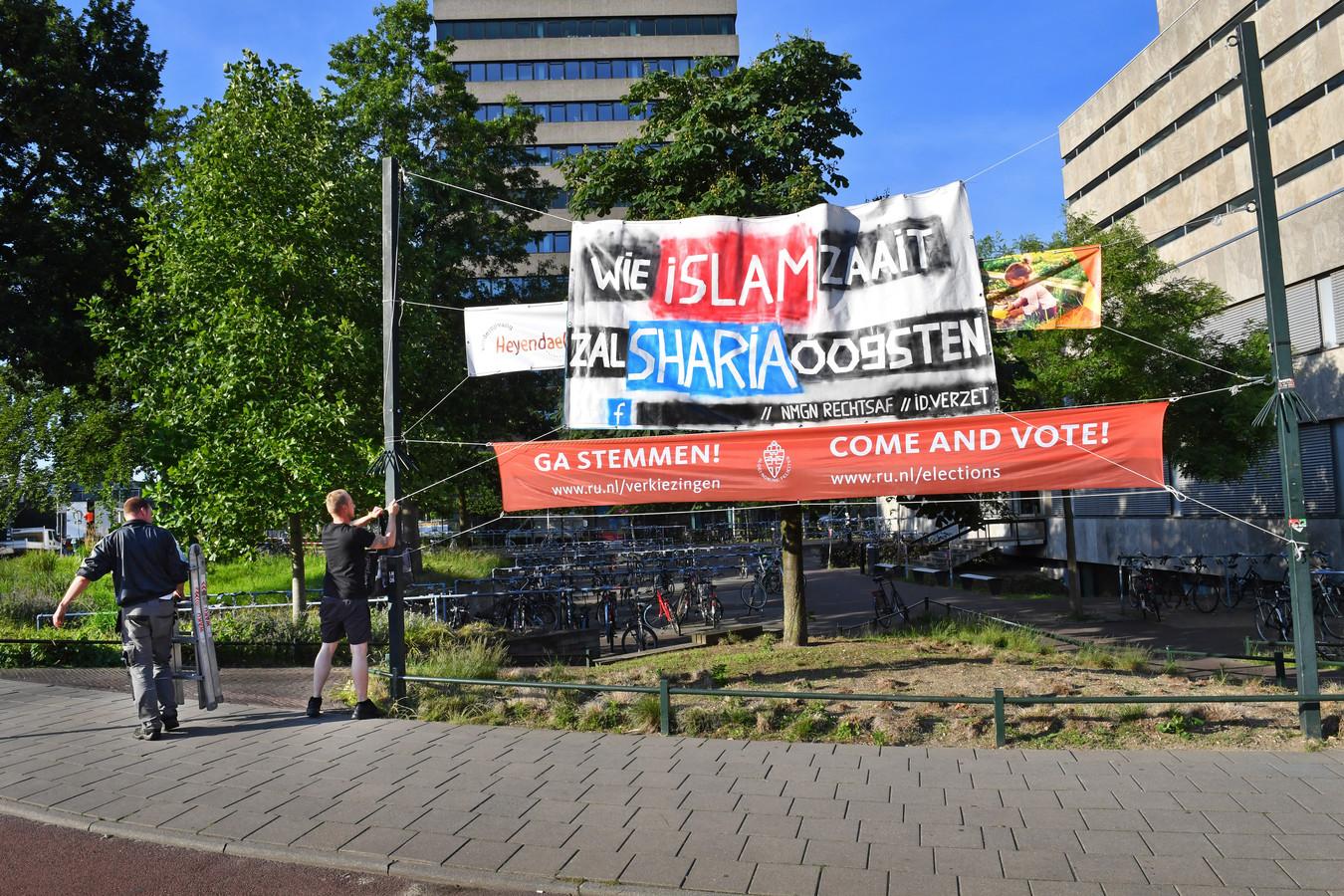 Het spandoek van Nijmegen Rechtsaf, bij het Erasmusgebouw.