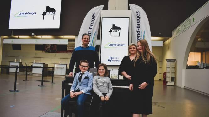 """Gezin wint na een miniconcert in de luchthaven een piano: """"De kinderen kunnen niet wachten om er op te spelen"""""""
