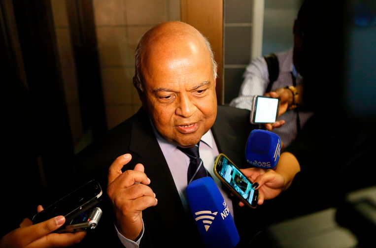De inmiddels ontslagen minister Pravin Gordhan in gesprek met journalisten, een paar dagen geleden. Beeld AFP