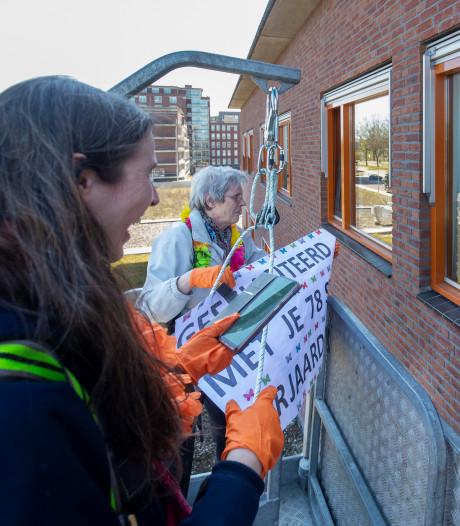 Tranen als familieleden bewoners verpleeghuis met hoogwerker bezoeken in Wageningen