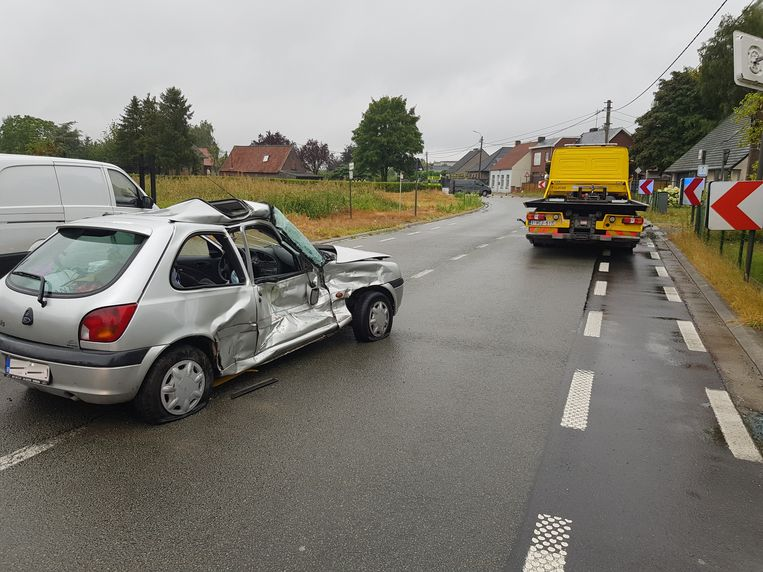 De knal moet enorm geweest zijn, de rechterzijde van de wagen was volledig ingedeukt.