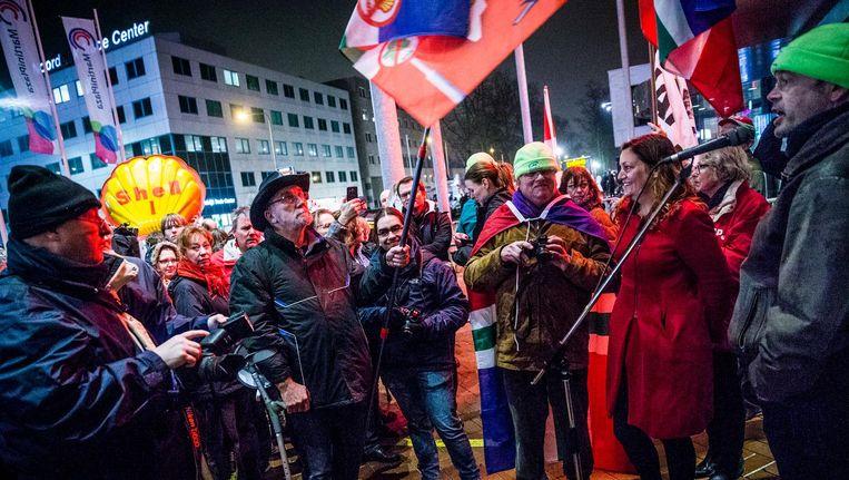 Actievoerders bij Martiniplaza in Groningen, waar minister Eric Wiebes van Economische Zaken bij een nieuwjaarsborrel aanwezig is. Beeld anp