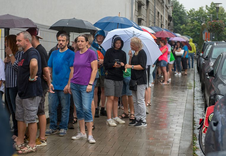 Deelnemers aan de Dodentocht zijn volhardend en wachten dus rustig in de gietende regen om hun controlebadges op te pikken én om een Duvelglas te bemachtigen.
