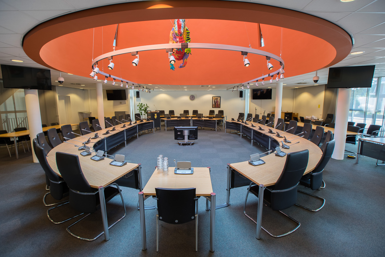 Het Rond de Tafelgesprek zal in een kleinere ruimte in het gemeentehuis dan de raadzaal plaatshebben.