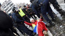 """Politie zet waterkanon en traangas in in Parijs, Macron noemt rellen """"schande"""""""