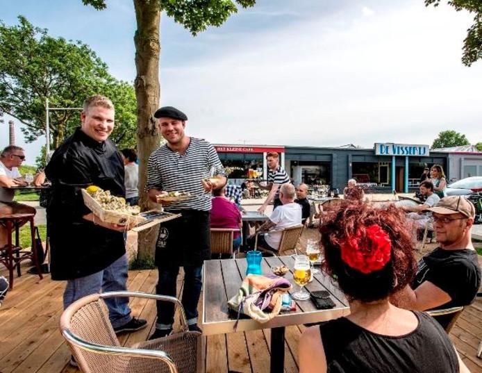 Jaap (links) en Joris van Corven op het terras van De Visserij.