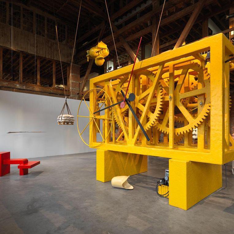 titel: Pendulum (2019), Installatie foto's van het werk van Atelier van Lieshout in Pioneer Works. Beeld RV