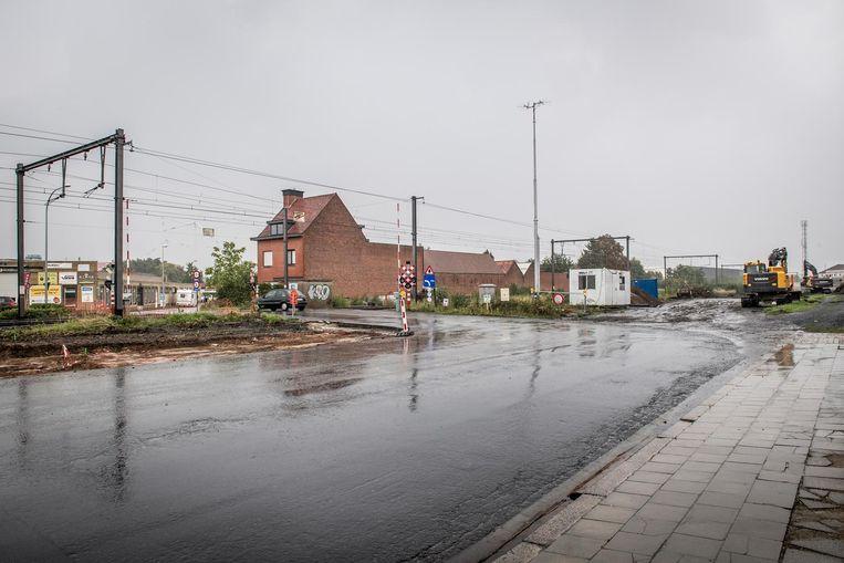 Links van het spoor zijn de werken gestart. Rechts zal de doortrekking van de Zeger Maelfaitstraat gebeuren.