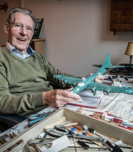 Ad (87) bouwt al z'n leven lang modelvliegtuigen en krijgt van iedereen motoren: 'Hartverwarmend'