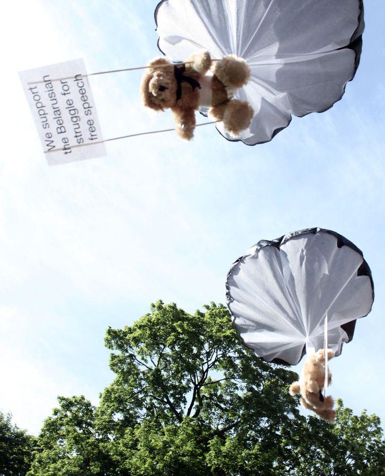 Teddyberen met slogans ter ondersteuning van mensenrechten in Wit-Rusland. De beren zijn boven Wit-Rusland losgelaten door een Zweeds reclamebureau. Beeld ap