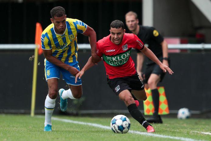 Jurien Gaari in duel met NEC'er Ayman Sellouf.