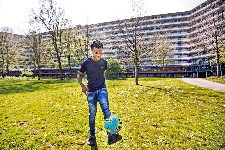 De flat Kikkenstein, met op de voorgrond Nydel Forgweh: 'Het enige positieve aan deze situatie is dat ik nu veel meer tijd heb voor mijn familie en vrienden in Kikkenstein.' Beeld Guus Dubbelman / de Volkskrant