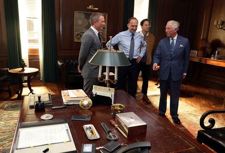 Prins Charles op de set van James Bond met Daniel Craig, Ralph Fiennes en regisseur Cary Joji Fukunaga.