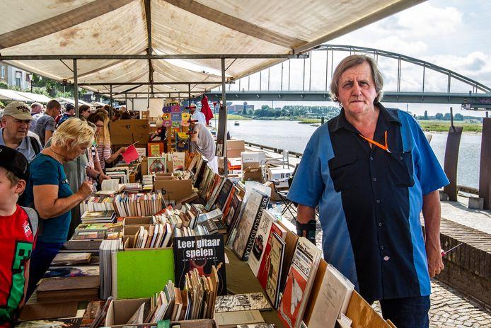 Hein te Riele op 'zijn' boekenmarkt langs de IJssel in Deventer.