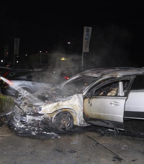 Auto vat vlam bij autobedrijf in Nuland