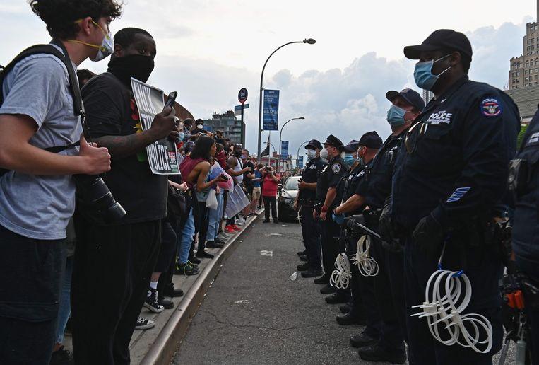 Politie en manifestanten staan lijnrecht tegenover elkaar in New York. (29/05/2020)