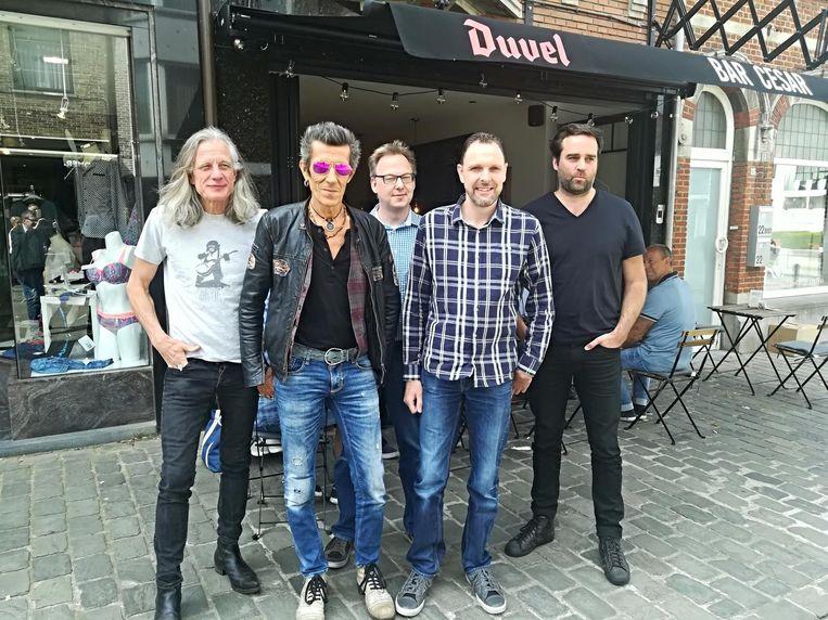 Guy Swinnen en Willy Willy van The Scabs met de organisatoren van Lolands.