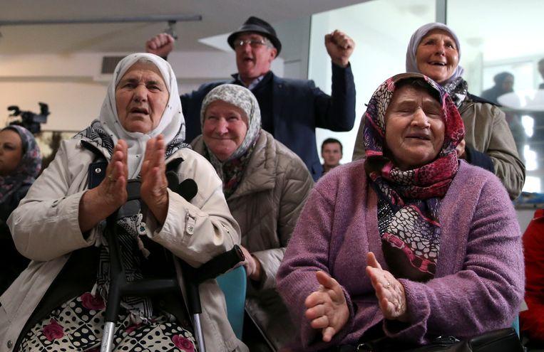 In een herdenkingscentrum in het Bosnische Potocari voor de slachtoffers van Srebrenica, wordt met blijdschap gereageerd op de levenslange straf voor Karadzic.  Beeld Reuters