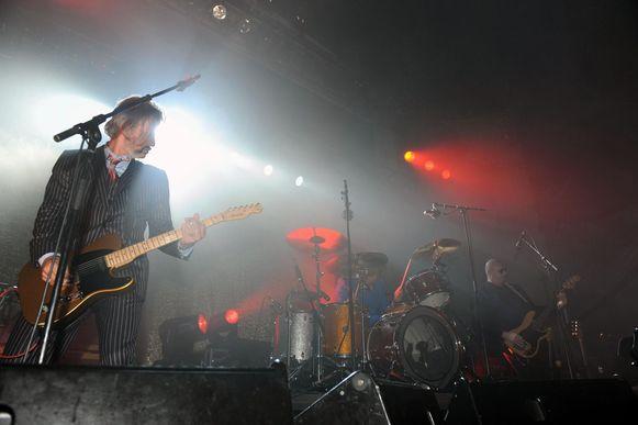 Lange Polle aan het werk tijdens een show van Triggerfinger.