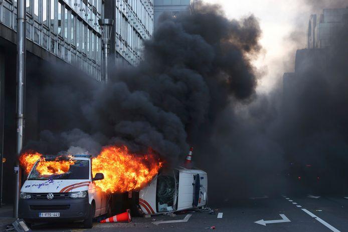Vlak bij metrostation Kunst-Wet gaan twee combi's in vlammen op.