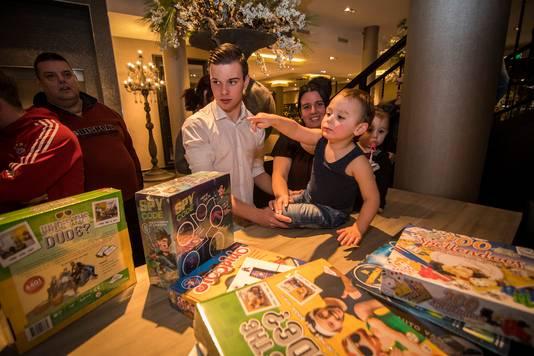 De kinderen van Annet Leegestee krijgen cadeaus tijdens het Voedselbankendiner.