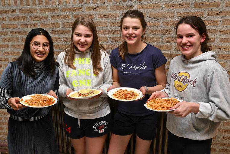 De winnende leerlingen Sam Crabbe, Margaux Hamerlinck, Hylke Geerardijn en Merel Van Isacker poseren met hun spaghetti.